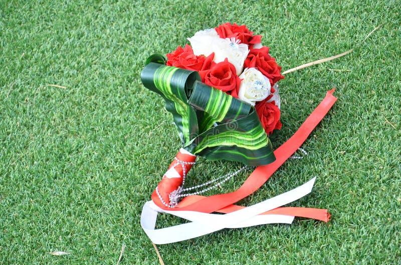 Букет венчания на траве стоковая фотография