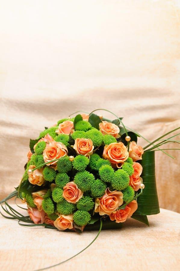Букет венчания с померанцовыми и зелеными цветками стоковое изображение rf