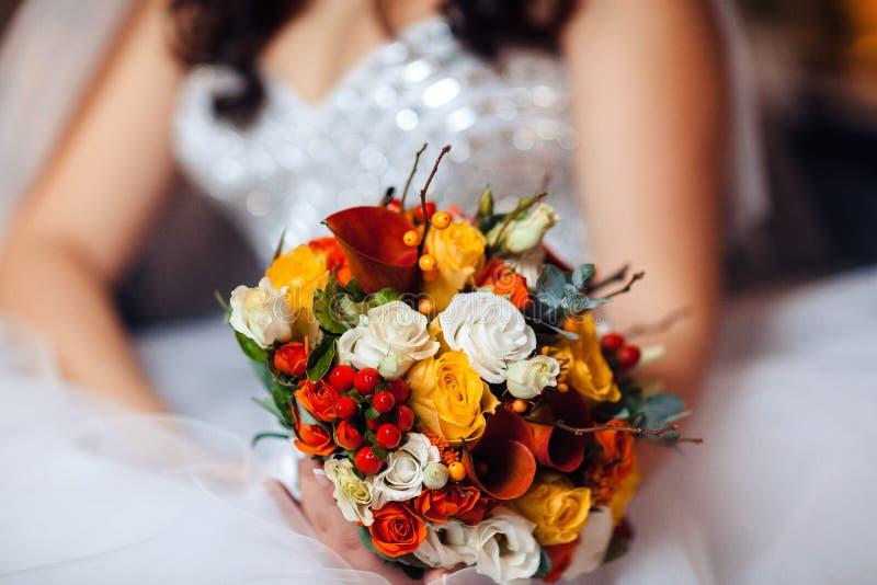 Букет в руках ` s невесты, конец свадьбы красоты - вверх стоковое изображение