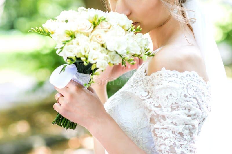 Букет в руках ` s невесты стоковое фото rf
