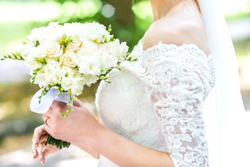 Букет в руках ` s невесты стоковое фото