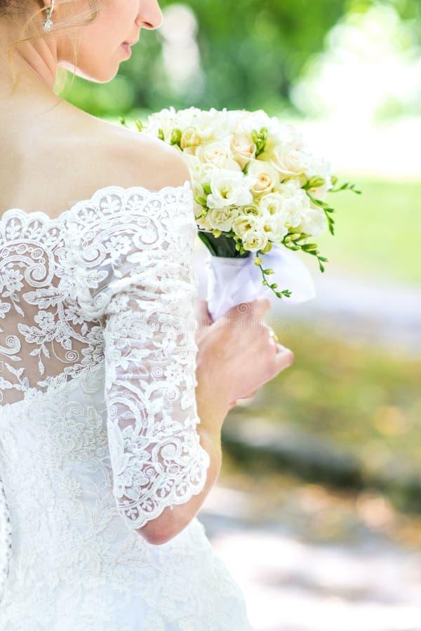 Букет в руках ` s невесты стоковая фотография rf