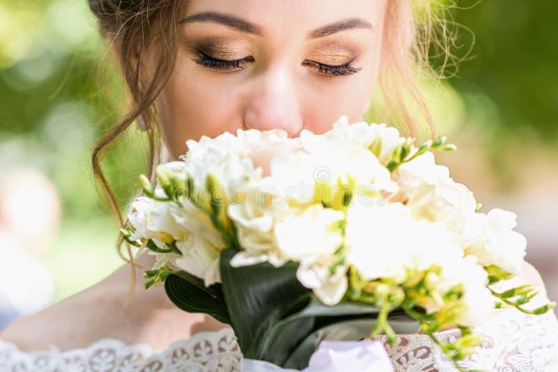Букет в руках ` s невесты стоковые изображения