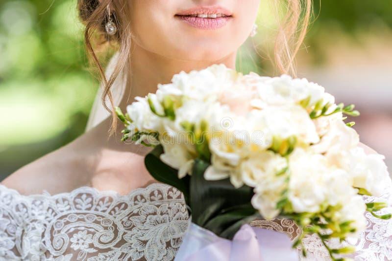 Букет в руках ` s невесты стоковое изображение