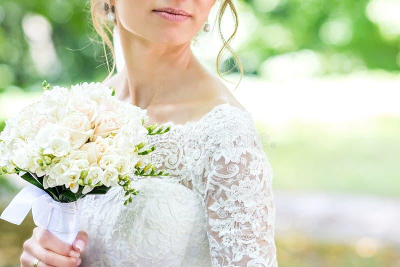 Букет в руках ` s невесты стоковое изображение rf