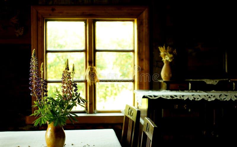 Букет глиняного горшка и цветка на таблице около окна Винтажное ретро фото натюрморта Концепция дома в деревне внутренняя стоковое фото