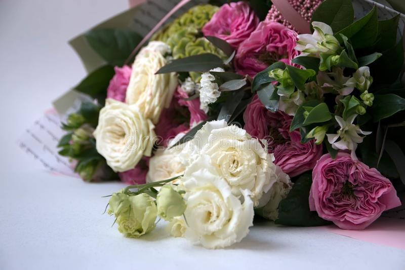 Букет дня рождения цветка, на белой предпосылке стоковое фото