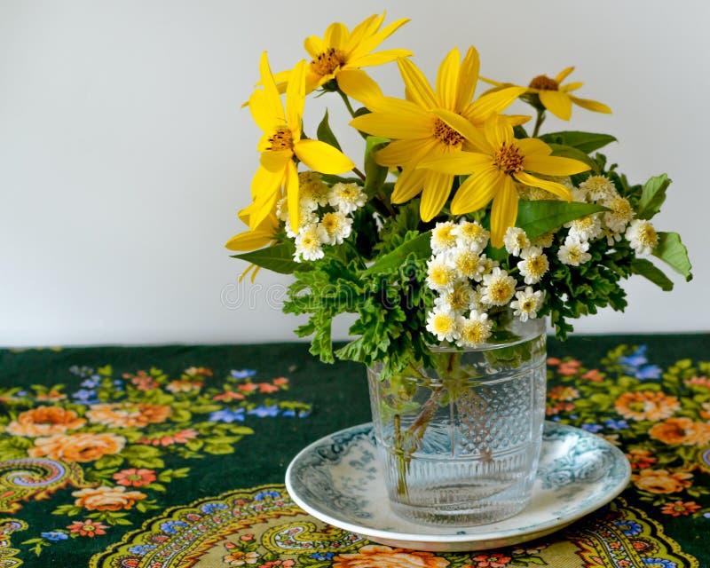 Букет желтых и белых цветков в стеклянной вазе стоковая фотография rf