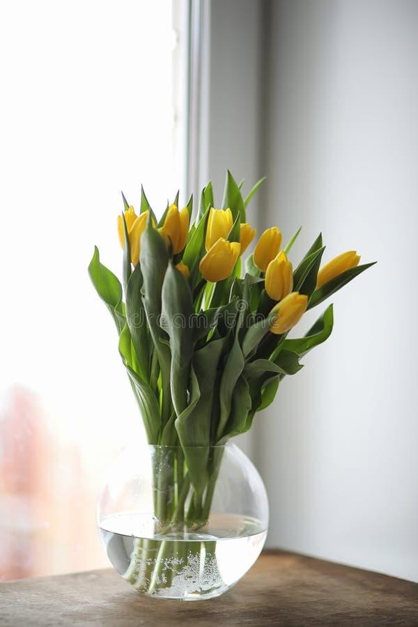 Букет желтых тюльпанов в вазе на windowsill Подарок t стоковое фото rf