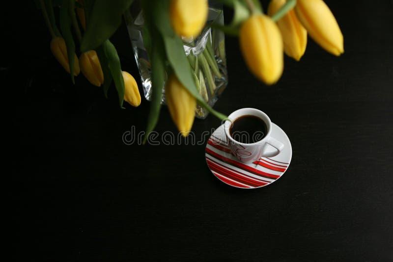 Букет желтых тюльпанов и черного кофе стоковые изображения rf