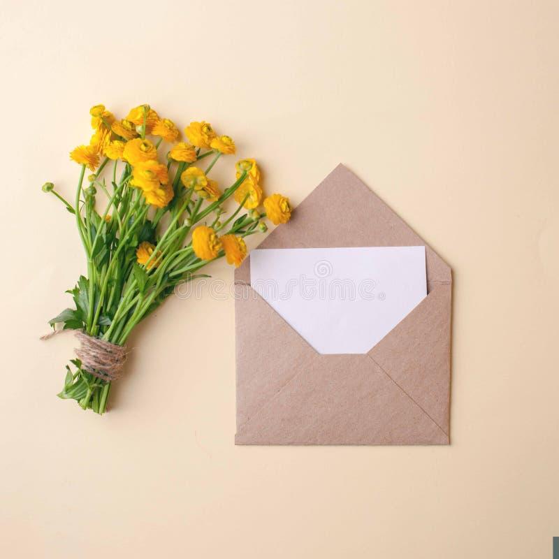 Букет желтых цветков и пробела на пастельной предпосылке, красивом завтраке, винтажной романтичной карточке, взгляд сверху, плоск стоковые фотографии rf