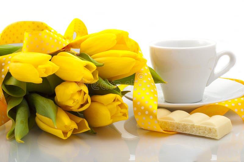 Букет желтых тюльпанов с чашкой кофе стоковые фотографии rf