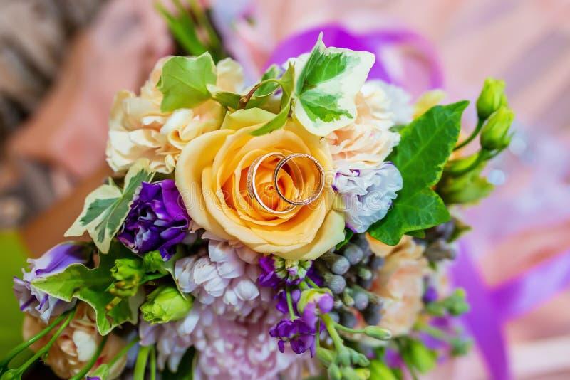букет звенит венчание стоковая фотография