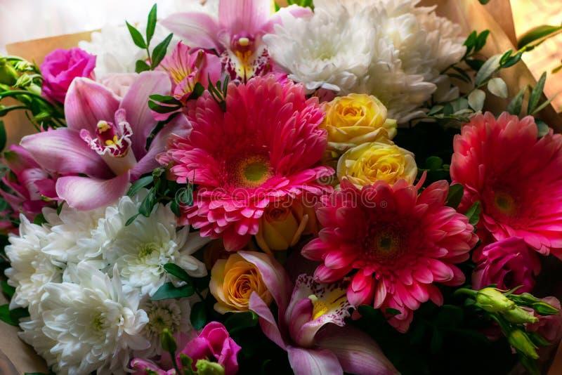 Букет конца-вверх цветков Alstroemeria, Gerbera, Eustoma, Роза Праздничный букет стоковая фотография