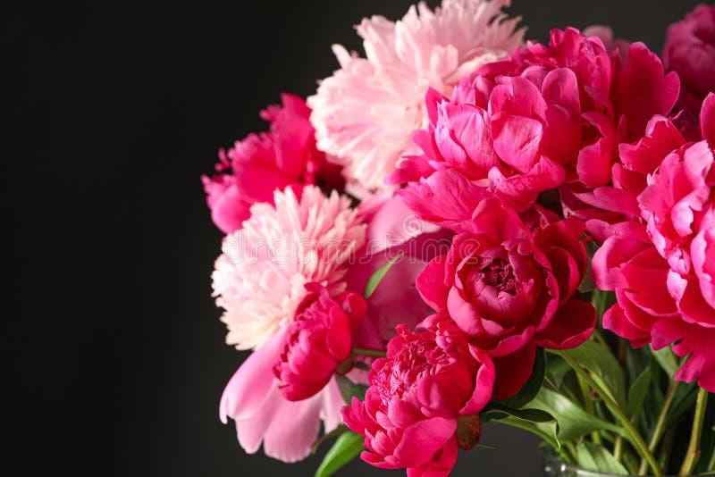 Букет красивых розовых пионов против темной предпосылки стоковое фото rf