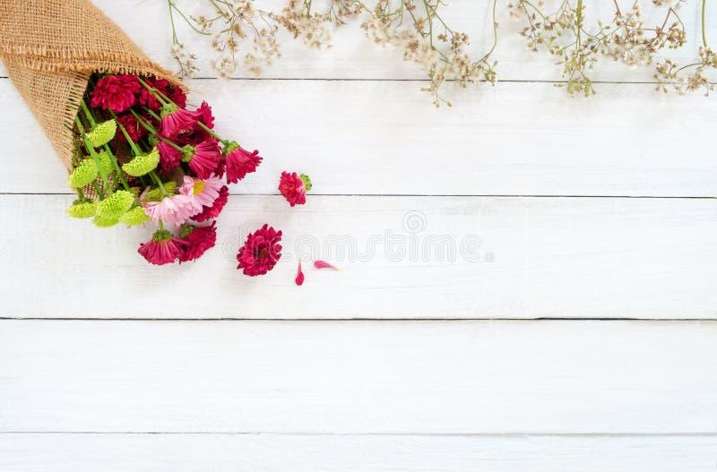 Букет красочной хризантемы с полевыми цветками на белой деревянной предпосылке стоковое изображение