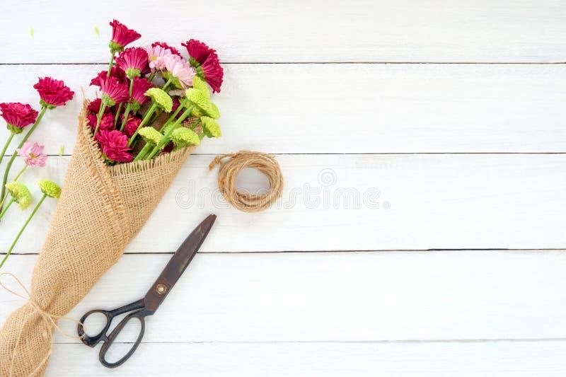 Букет красочной хризантемы цветет на белой деревянной предпосылке стоковая фотография rf