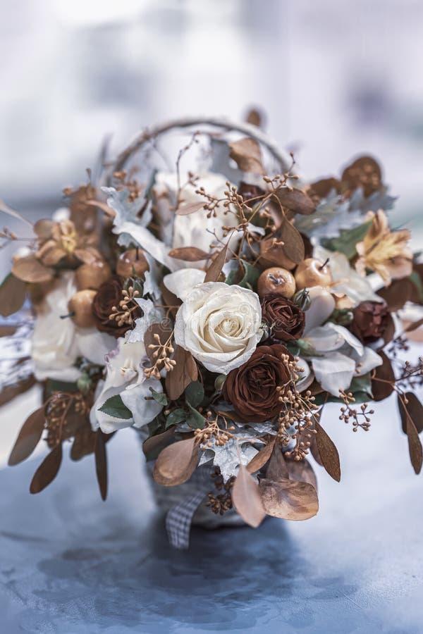 Букет листьев осени, роз, ягод в тенях падения, цветках осени в деревенской плетеной корзине стоковые фотографии rf