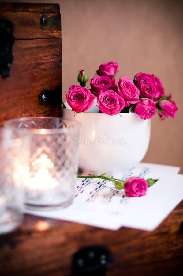 букет миражирует розы примечаний чашки стоковая фотография