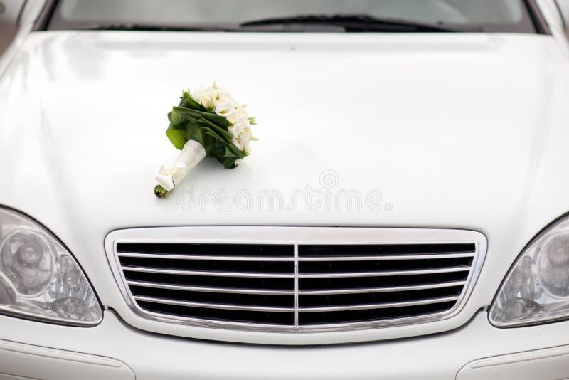 Букет на автомобиле стоковое фото