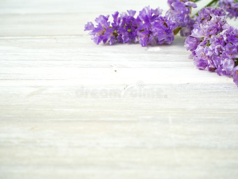 Букет от пурпурных цветков statice на белом деревянном столе стоковые изображения rf