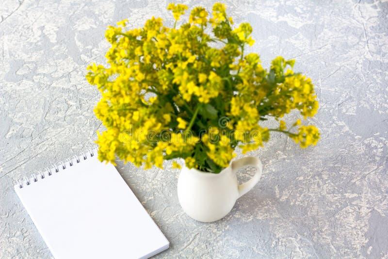 Букет полевых цветков в вазе стоковые фотографии rf
