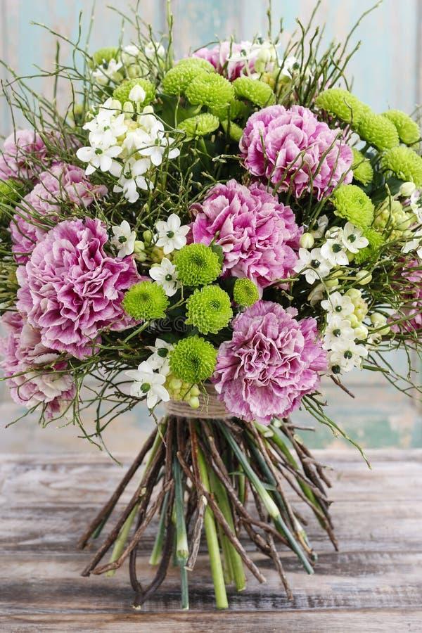 Букет розовой гвоздики, аравийского цветка звезды (ara ornithogalum стоковое фото