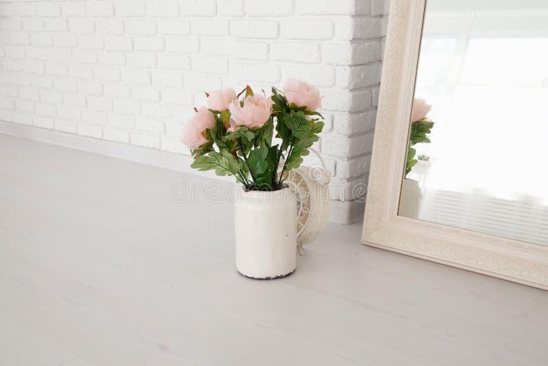 Букет розовых роз в винтажном баке кофе эмали на backgrou стоковое фото rf