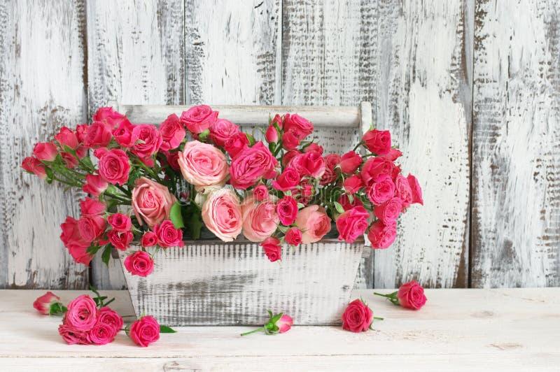 Букет розовых роз в коробке стоковые изображения rf
