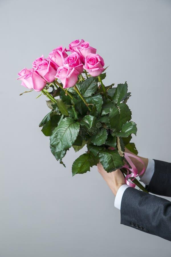 Рука мужчины с цветком и женская рука 57