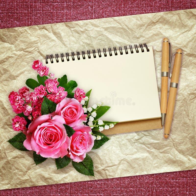 Букет розовых роз, лилий долины и цветков боярышника стоковые фотографии rf
