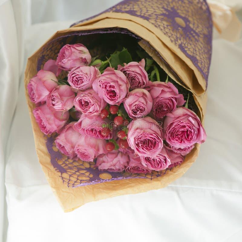 Букет розовых роз и красной калины для невесты на белом ch стоковая фотография