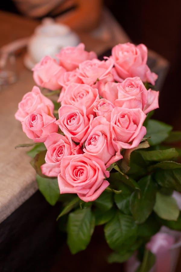 Букет розовых роз с lamplight стоковые фотографии rf