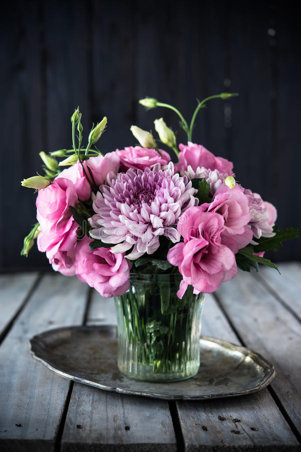 Букет розовых цветков в оформлении года сбора винограда вазы стоковые фотографии rf