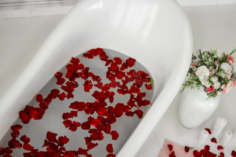 Букет роз Ванна с розовыми лепестками Терапевтическая ванна стоковые изображения rf