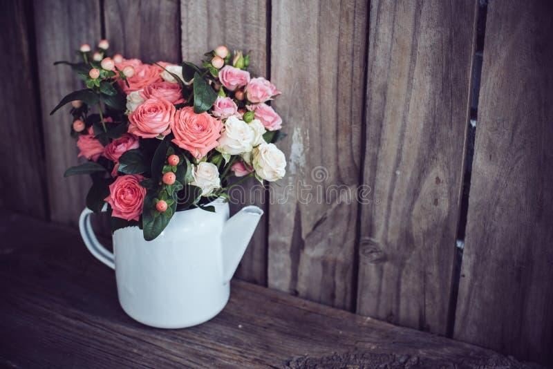 Букет роз в винтажном баке кофе стоковые изображения rf