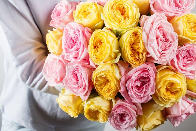 Букет роз в руках флорист Пинк цвета стоковое фото rf