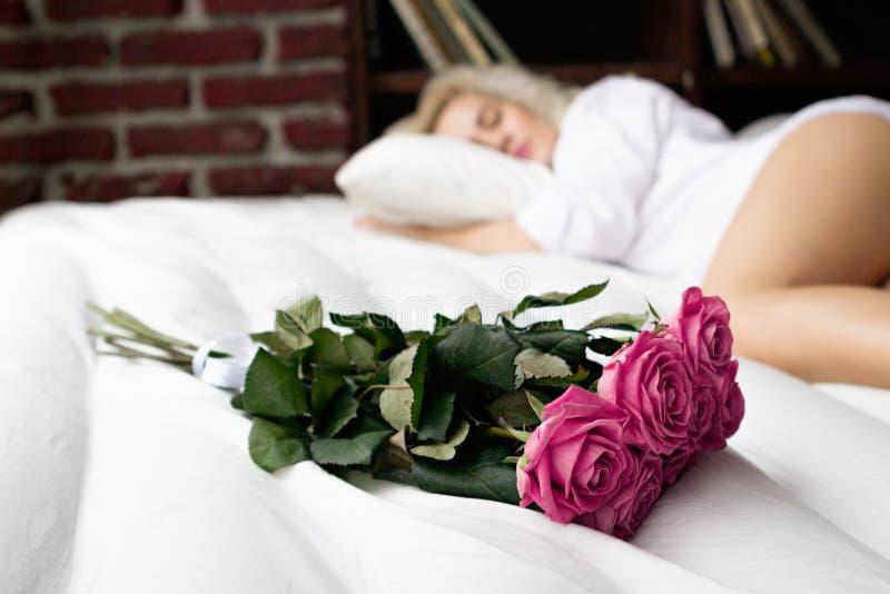 только совсем фото на кровати лежит букет цветов всем
