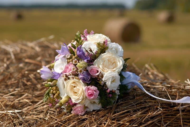 Букет свадьбы белых и розовых цветков на стоге сена стоковое изображение rf