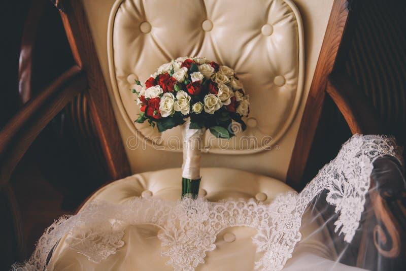 Букет свадьбы на винтажном стуле стоковые изображения