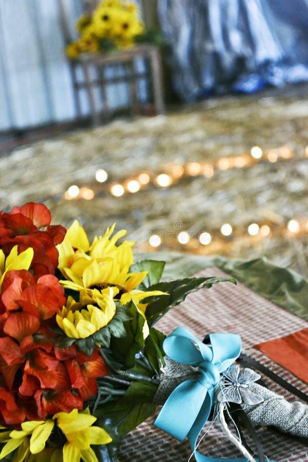 Букет свадьбы на деревенской тематической свадьбе стоковые изображения