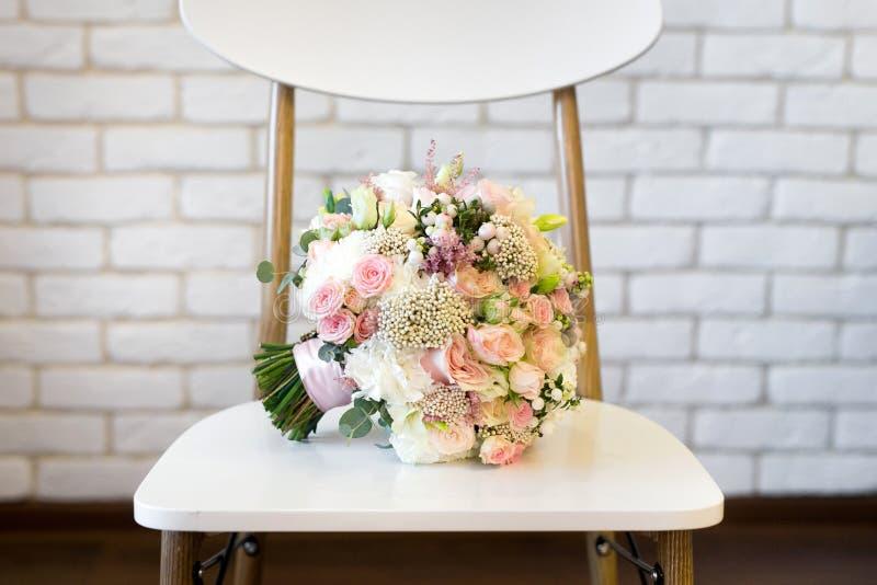 Букет свадьбы пинка и белых роз лежа на траве стоковое изображение rf