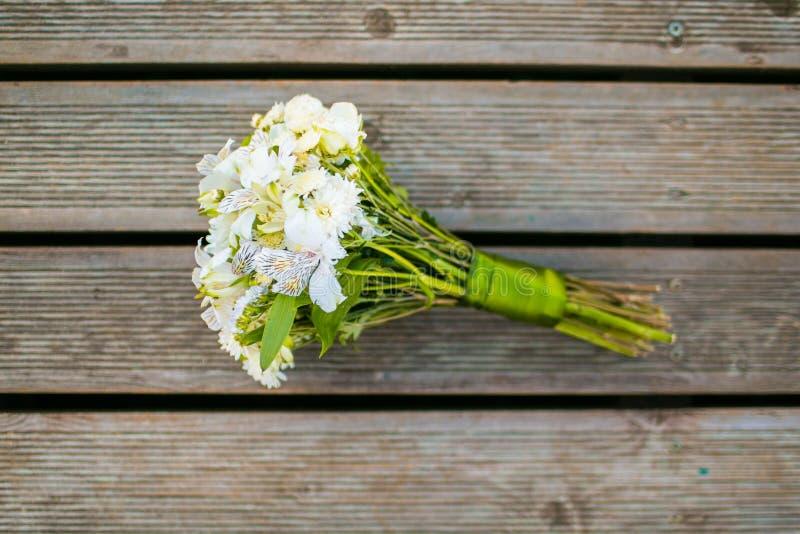 Букет свадьбы хризантемы и положения квартиры alstroemeria стоковые изображения rf