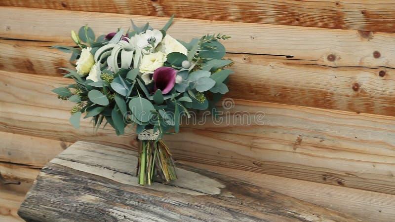 Букет свадьбы естественных роз в красивой деревянной поверхности евкалипт акции видеоматериалы