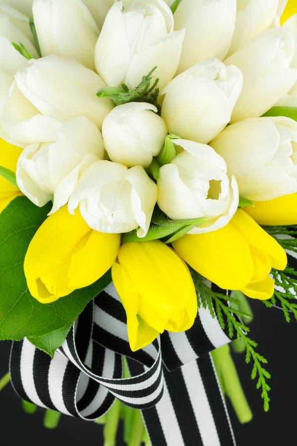 Букет свадьбы желтых и белых тюльпанов стоковая фотография