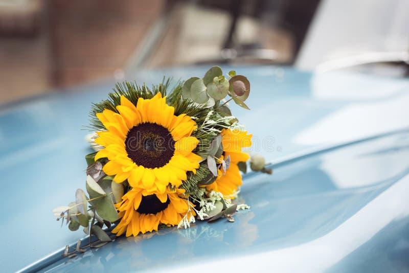 Букет свадьбы на ретро автомобиле стоковые фотографии rf