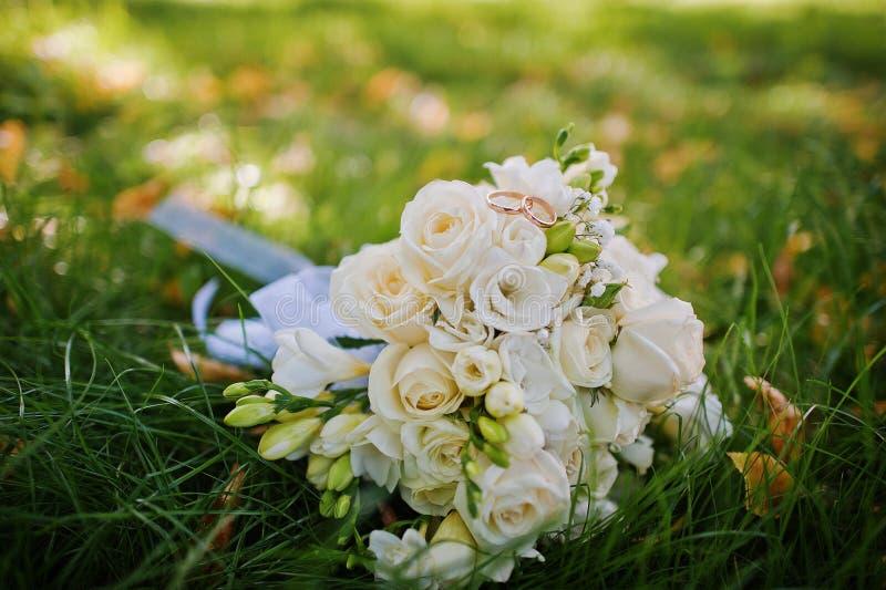 Букет свадьбы с обручальными кольцами стоковое фото rf