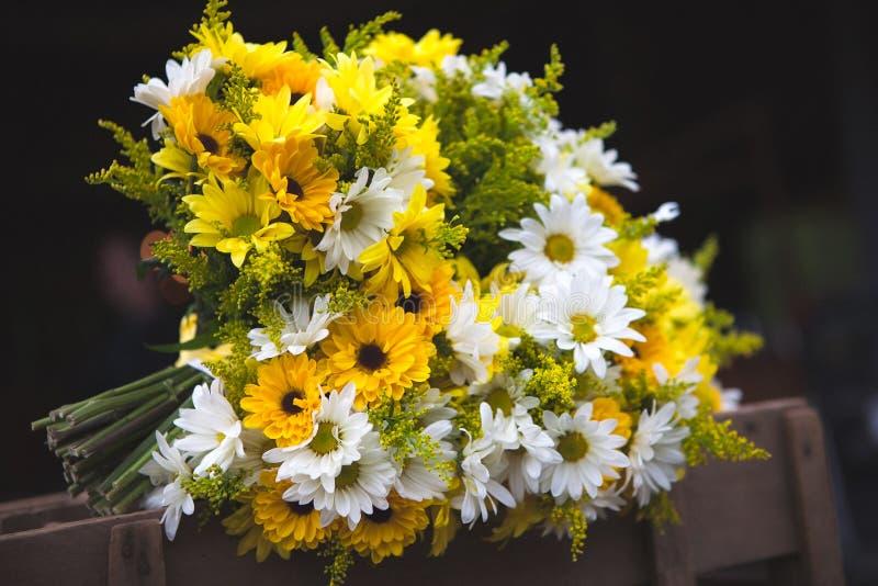 Букет свадьбы цветет желтые и белые маргаритки стоковые фотографии rf
