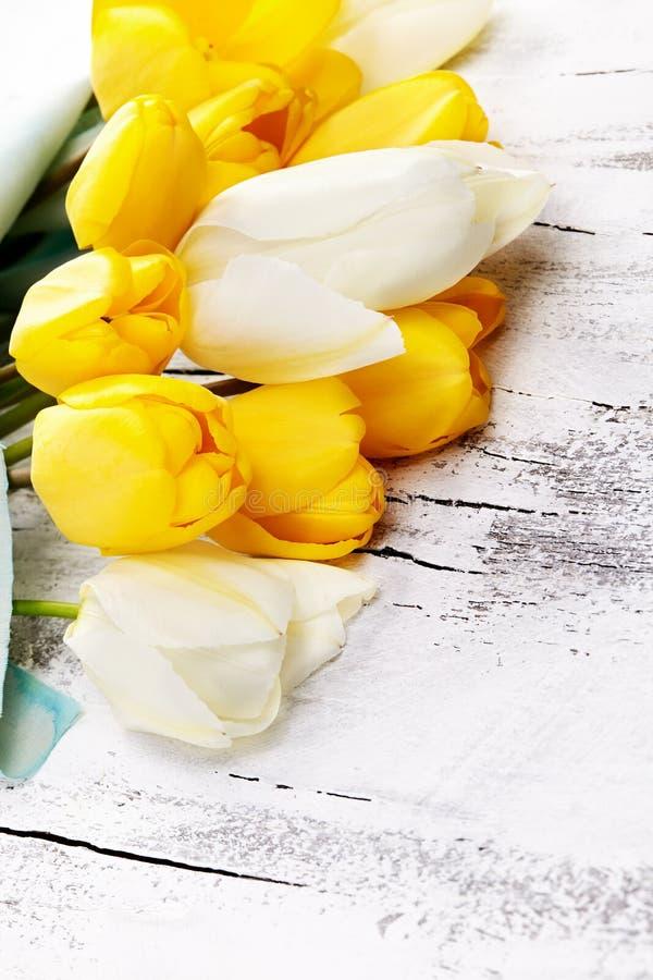 Букет свежего тюльпана весны цветет на белом деревянном столе стоковые фото