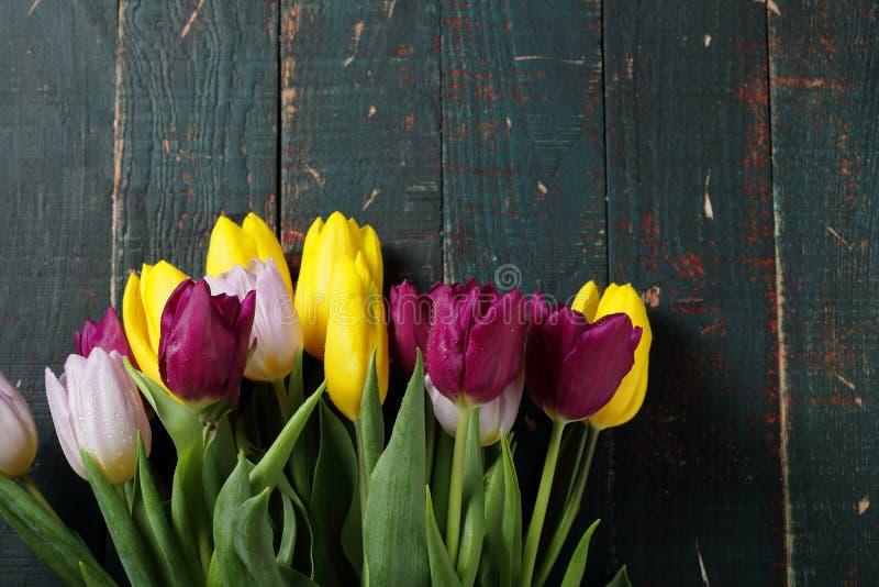 Букет свежих тюльпанов на старых досках стоковые фото
